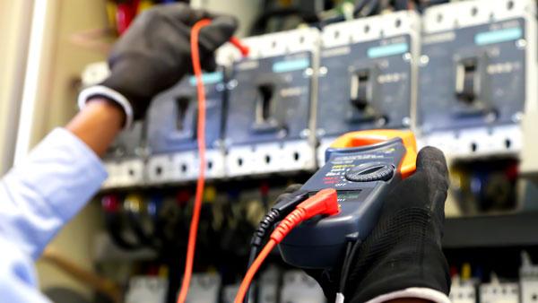 Projeto e construção de instalações elétricas industriais, comerciais e prediais.